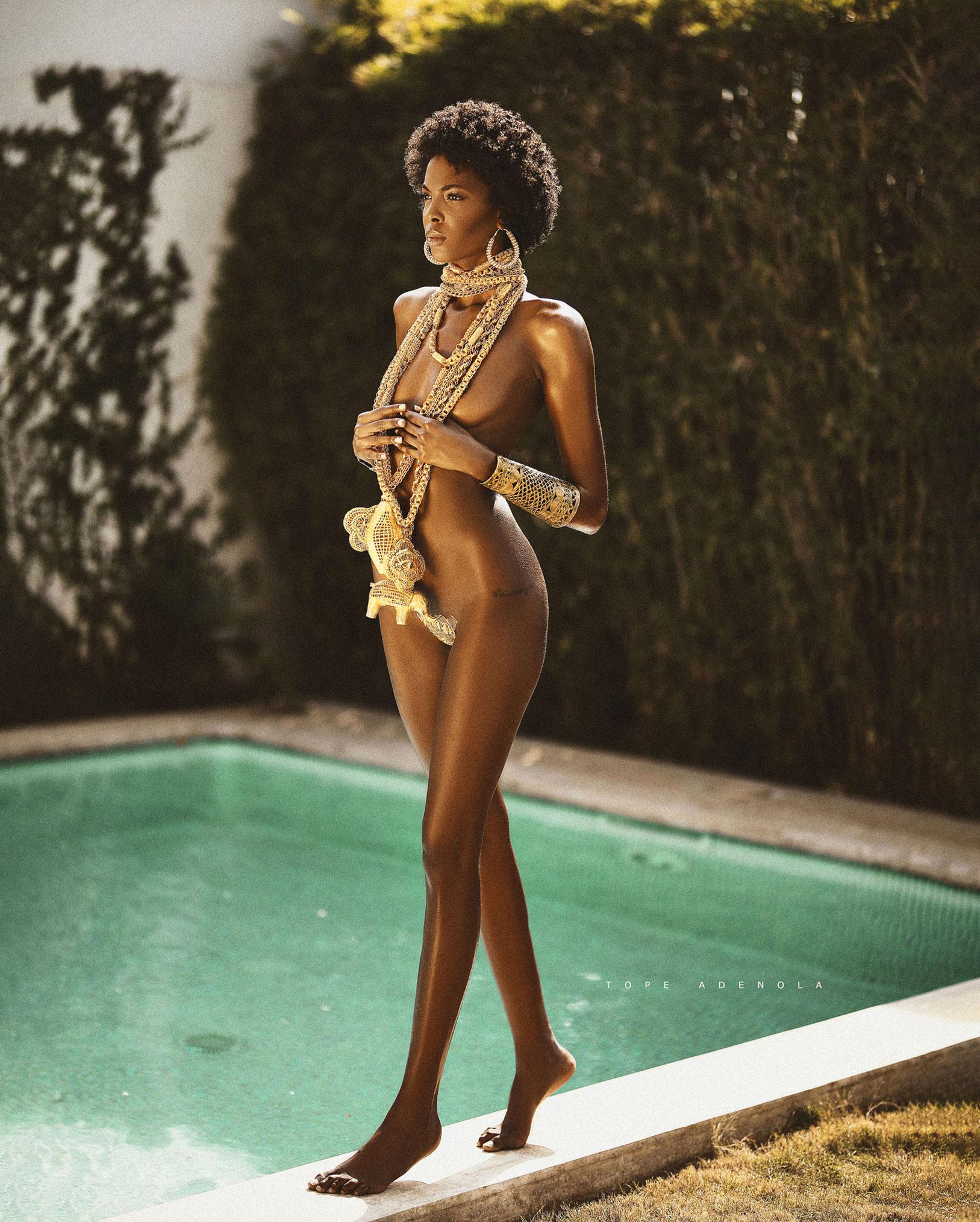 Экзотическая полуобнаженная красотка в бассейне / фото 01