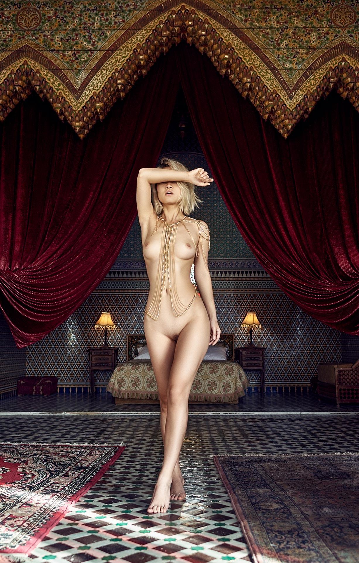 голая девушка на марокканских коврах / фото 04