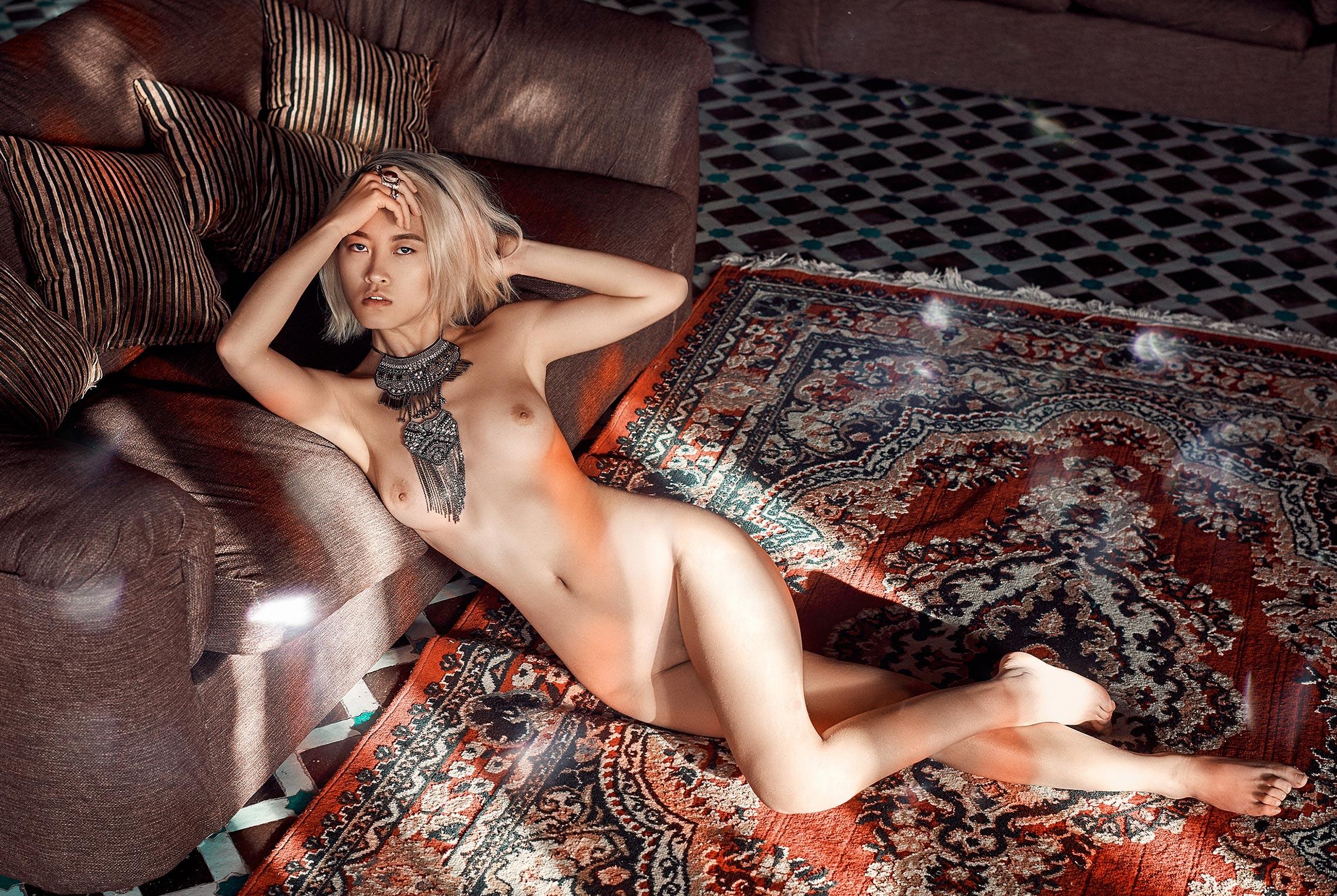 голая девушка на марокканских коврах / фото 05
