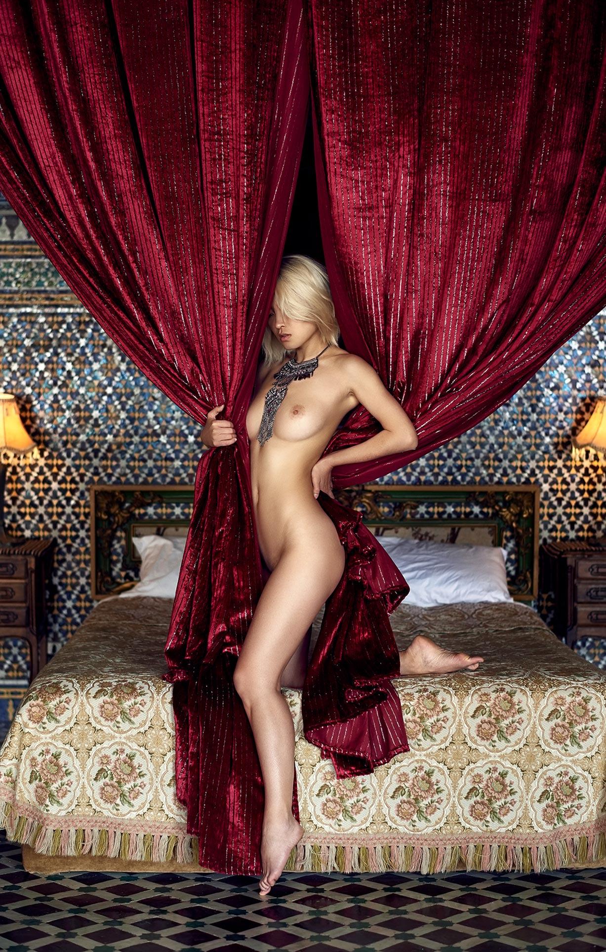 голая девушка на марокканских коврах / фото 06