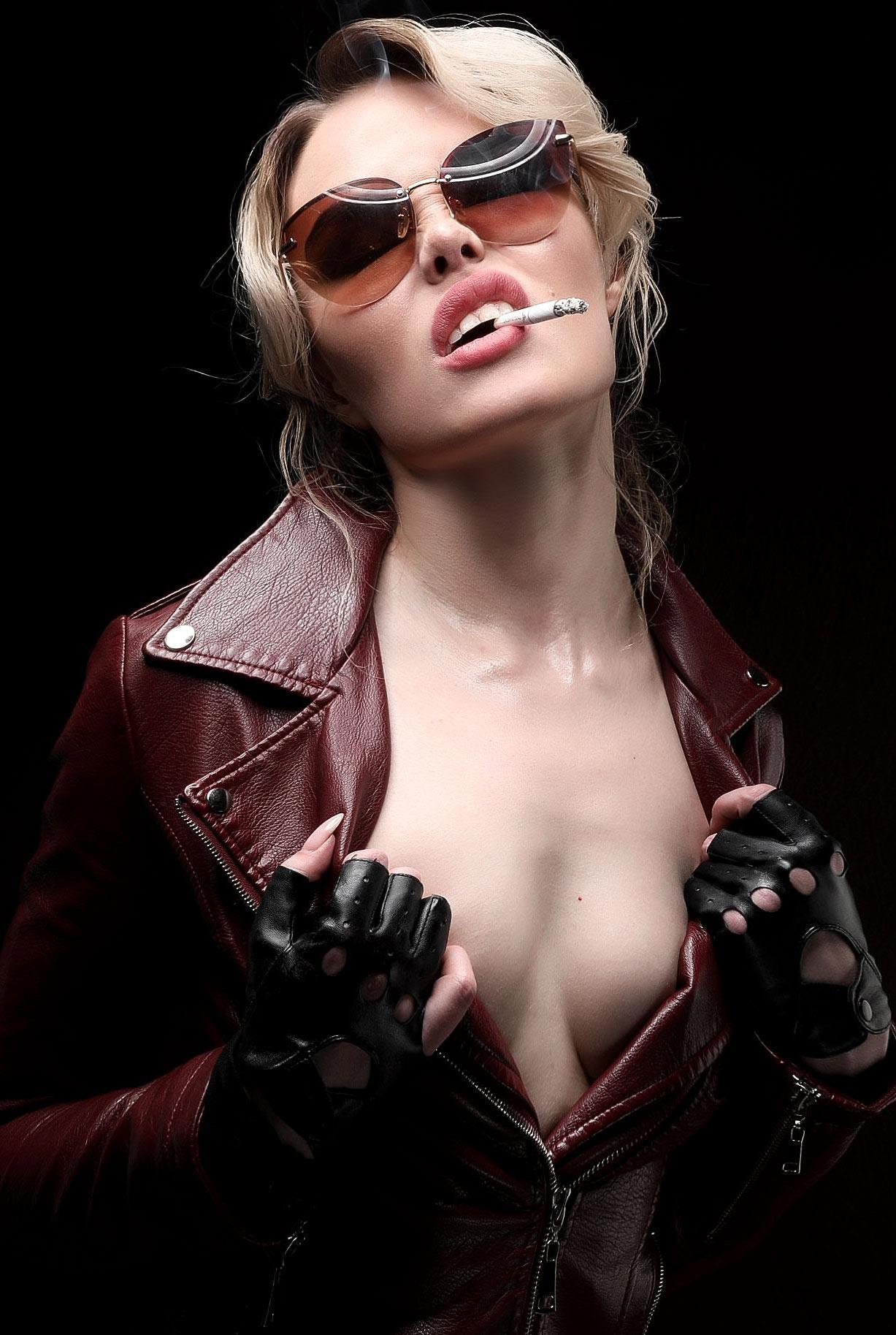 сексуальная Эллина Мюллер с сигаретой / фото 01
